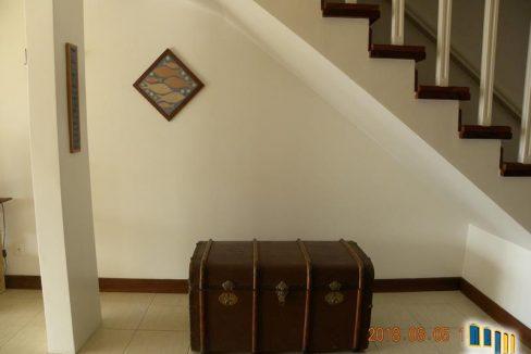 sala de estar e escada